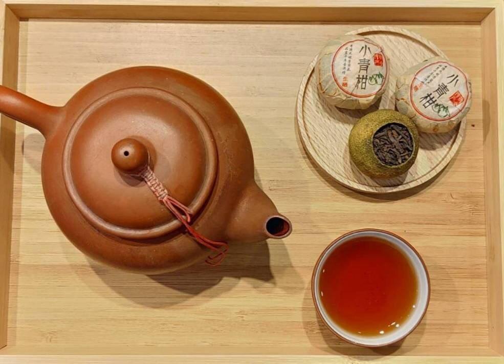 「小青柑」如紅酒般深紅醇厚的湯色,隨著陳皮香氣的緩緩釋放,回喉清甜且不膩。木待制...