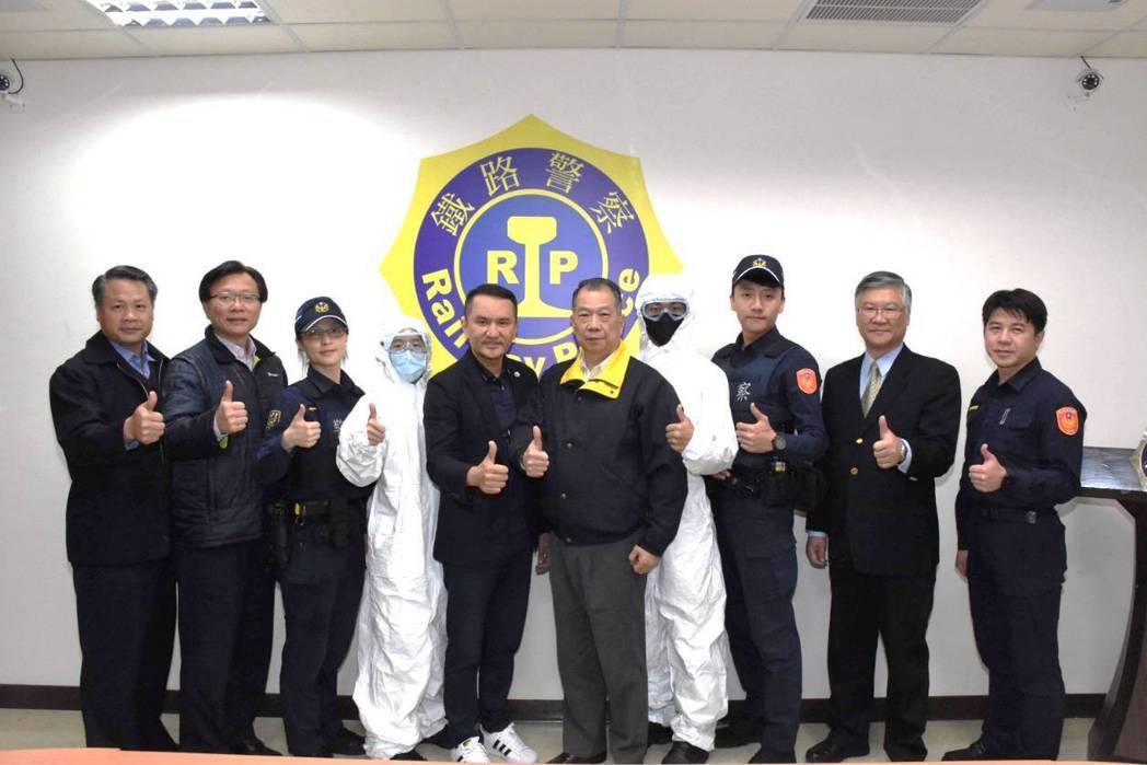 愛爾麗醫療集團董事長常如山(左五)為善不落人後,挺身支援前線。 鐵路警察局/提供