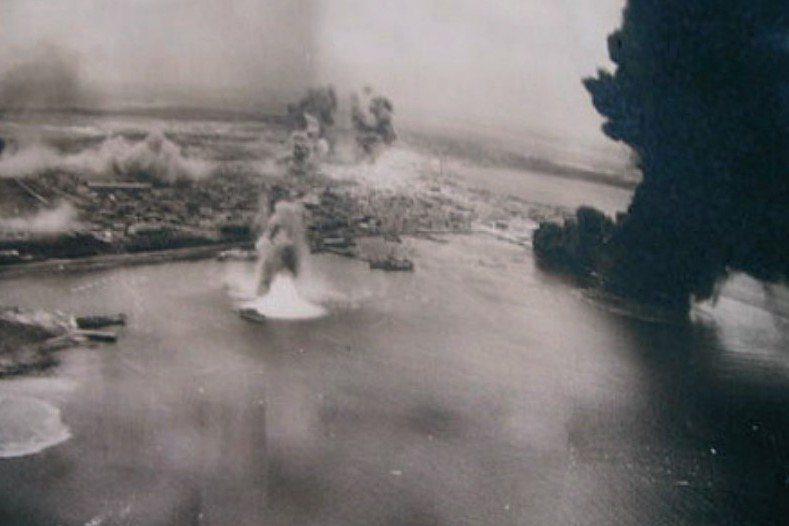 自1944年以來,美軍曾多次空襲澎湖群島。圖為1945年4月4日美軍空襲澎湖檔案照。 圖/取自澎湖縣政府文化局《澎湖縣文化資產手冊》;影像授權/甘記豪