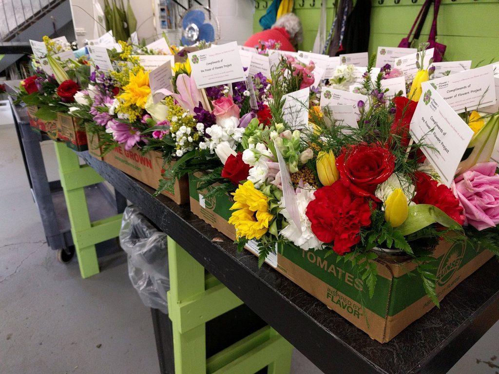 志工將花束回收、重新整理包裝。 圖/Power of Flowers Proje...