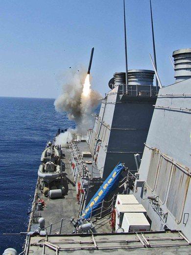 美伯克級驅逐艦的Mk 41垂直發射系統發射飛彈畫面。 圖/美國海軍
