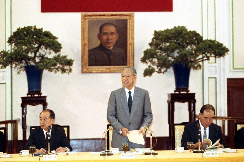 中站立著為時任總統李登輝,左為副總統李元簇,右為行政院長郝柏村,攝於1992年。 圖/聯合報系資料庫