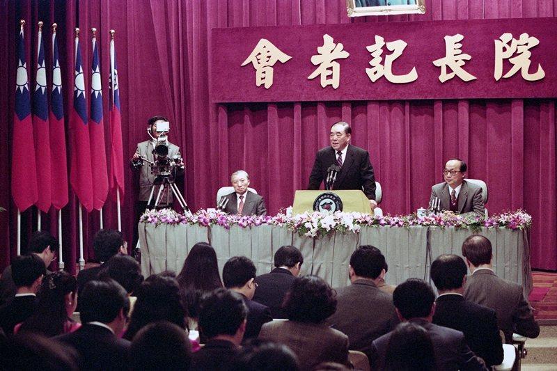1993年2月,時任行政院長郝柏村舉行任內最後一次記者會。 圖/聯合報系資料庫