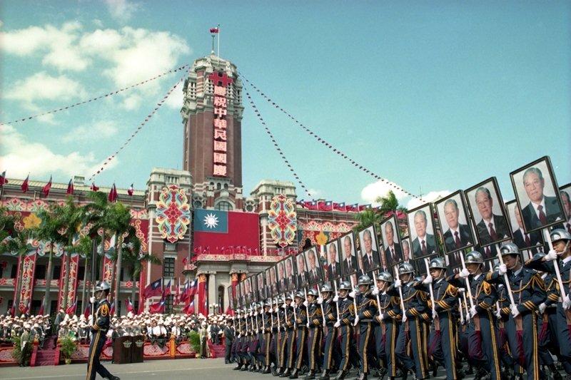1988年1月,時任總統蔣經國逝世後,身為副總統的李登輝依法繼任總統。圖攝於1993年國慶大會。 圖/聯合報系資料庫