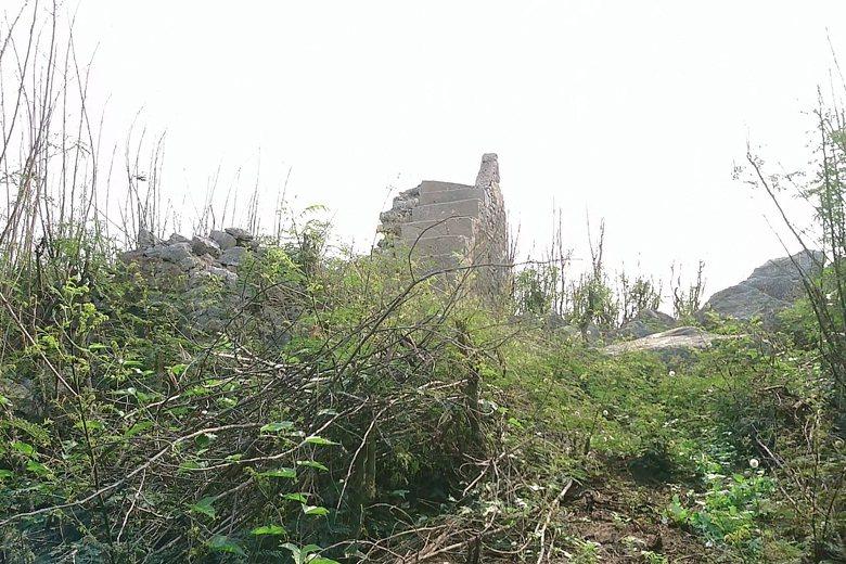 疑似花嶼防空瞭望哨遺址的建築殘跡,位於花嶼東方小高地上,可眺望村落與周邊海域動靜。 圖/作者提供