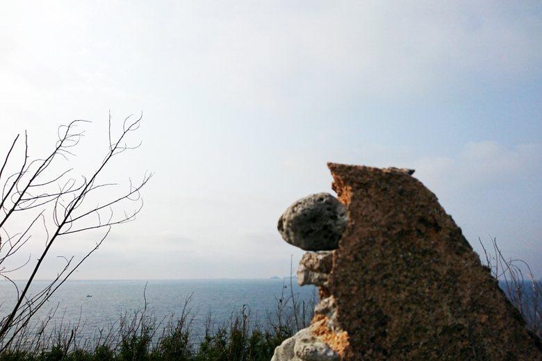 疑似花嶼防空瞭望哨遺址的殘跡頂端,往南眺望可見到貓嶼。 圖/作者提供