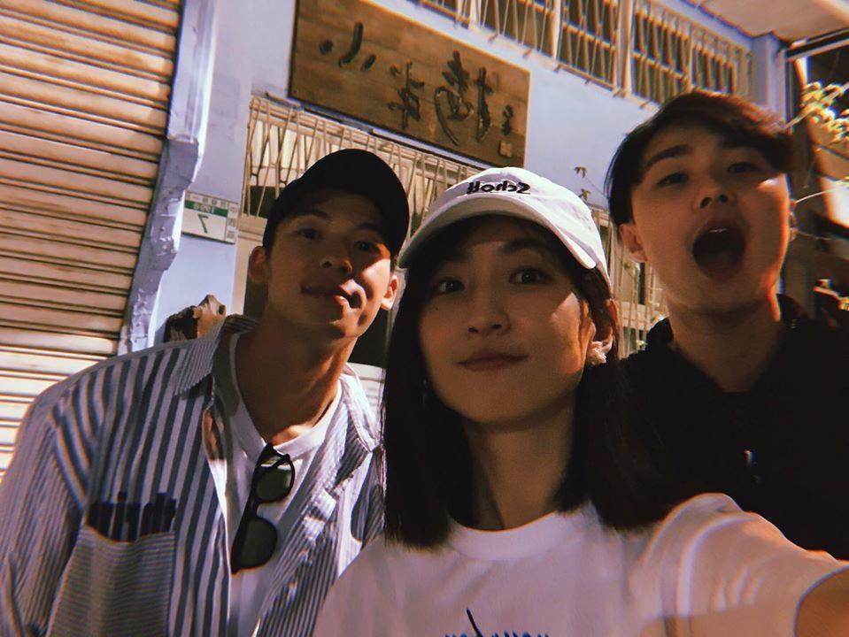 許光漢(左起)、柯佳嬿、施柏宇重回「想見你」場景。圖/摘自臉書