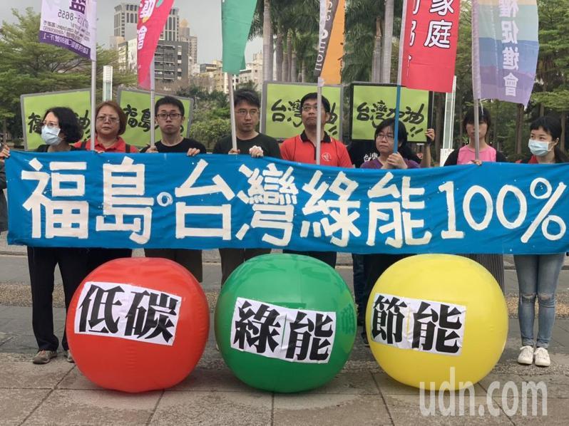 南台灣廢核行動聯盟滾動「低碳」、「綠能」、「節能」三顆大球,通過各種障礙,朝向「福島。台灣  綠能100%」終點球門前進。記者徐如宜/攝影