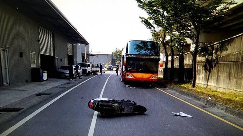 台中市李姓騎士3日騎車行經霧峰區中投東路,撞上違停的貨車後,遭遊覽車輾過送命。記者陳宏睿/翻攝