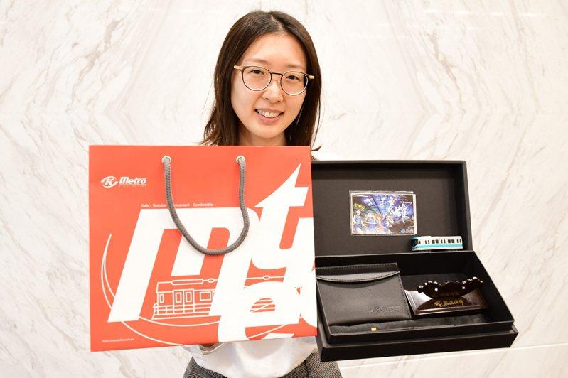 高捷12周年,拍照打卡可抽限量紀念票卡禮盒組。圖/高雄捷運公司提供