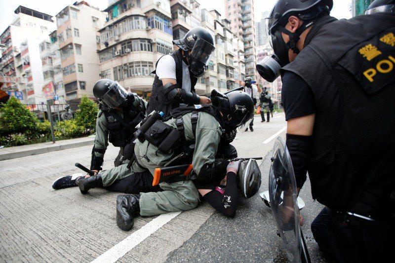 香港警方此前在反送中運動的執法是否過當亦引起民眾質疑。圖/取自路透