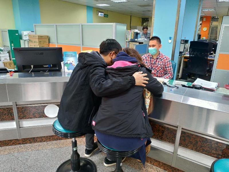 一名吳姓男子日前帶著菲律賓籍女子小美(化名)到新竹市東區戶政事務所為新生兒報戶口。示意圖/新竹市政府提供