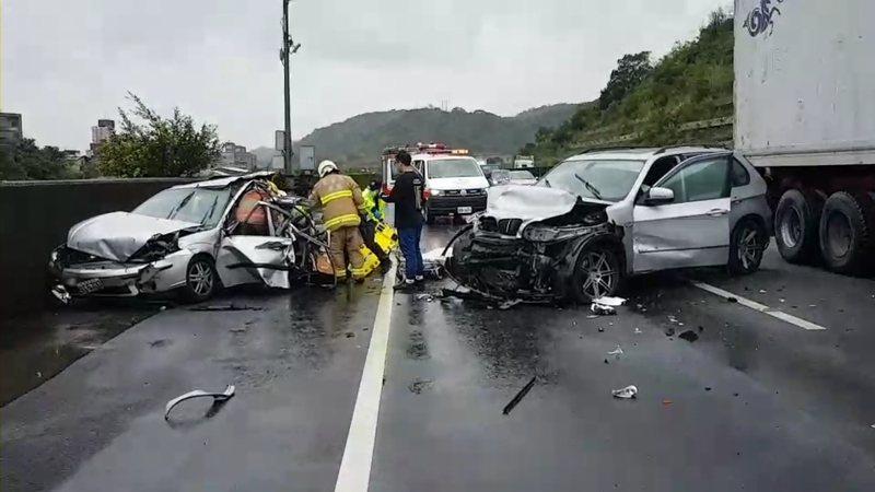 萬瑞快速道路今午發生連環車禍,造成3人受傷,消防局分別送醫,車禍原因及責任由警方調查中。記者邱瑞杰/翻攝
