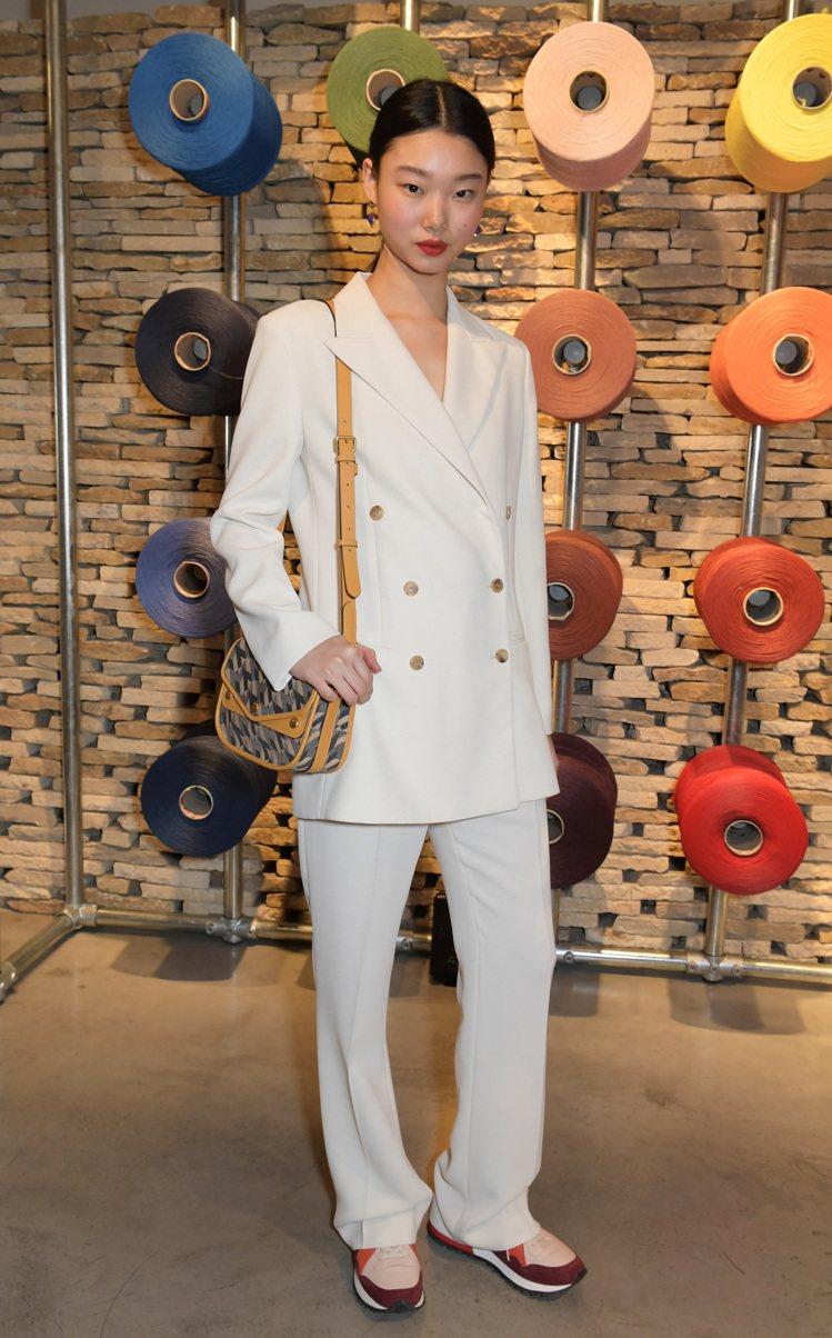 韓國新生代超模Yoon Young Bae以白色西服搭襯Satchel手袋,帥氣...