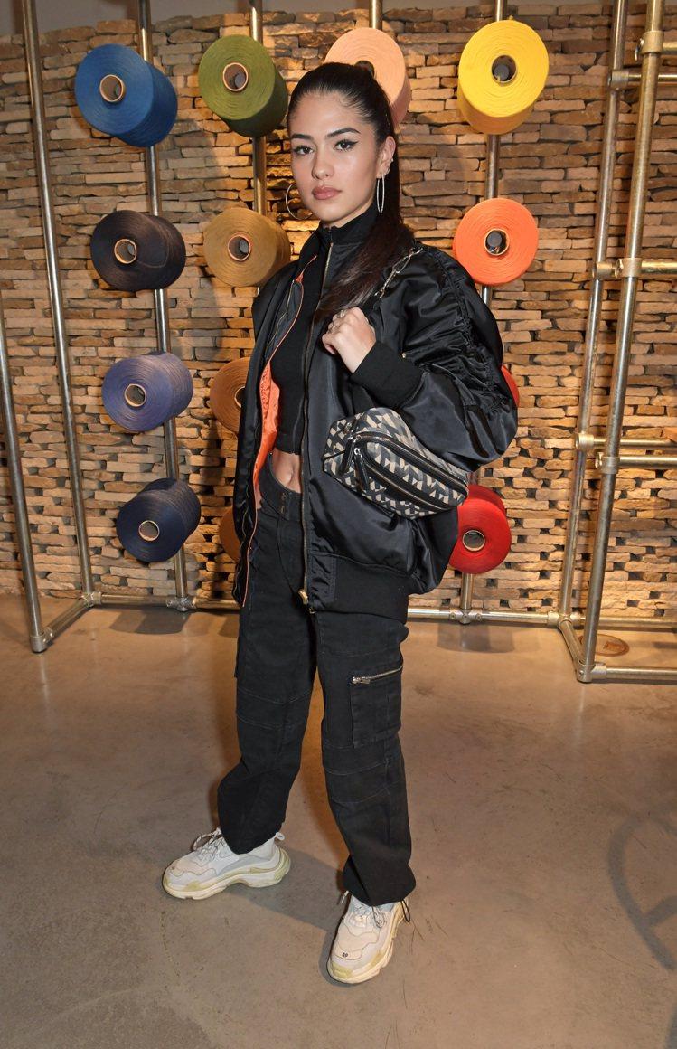 布魯克林貝克漢另一個前女友Kim Turnbull則是選擇了M系列記者包。圖/M...
