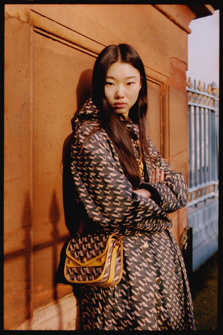 韓國新生代超模Yoon Young Bae以M系列服裝及Satchel手袋穿搭。...