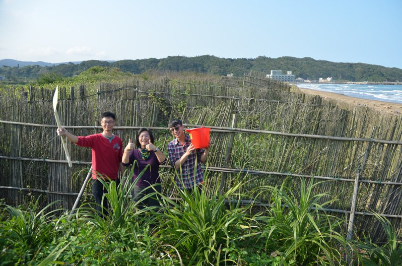 一群民間志工在退縮的海岸線協助政府圍築沙籬種樹,努力守住國土邊防。記者鄭朝陽/攝影