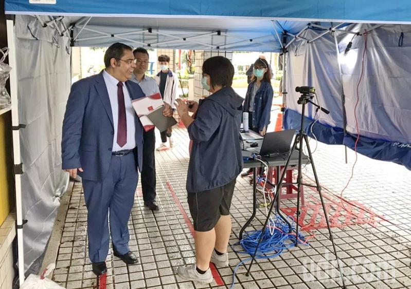 土耳其伊斯坦堡蓋布澤科技大學校長艾瑟琳冒著疫情之險到台灣的虎科大簽署合作,進校前接受檢疫,他讚譽台灣的防疫很落實。記者蔡維斌/攝影
