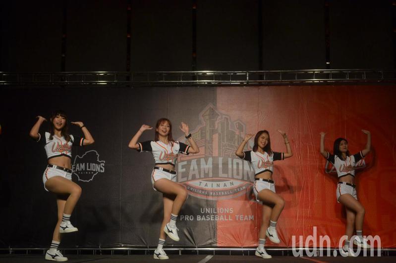 統一獅Uni Girls女孩舞蹈表演。記者鄭惠仁/攝影