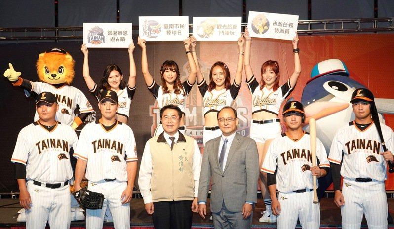 統一獅隊今天發表台南主場假日限定球衣,胸前「TAINAN」的台南英文字樣。 記者蘇志畬/攝影