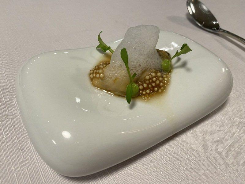 生蠔,藻珍珠配上牛油果及薑芒綠茶的茶湯,提升生蠔的清甜味。記者羅建怡/攝影