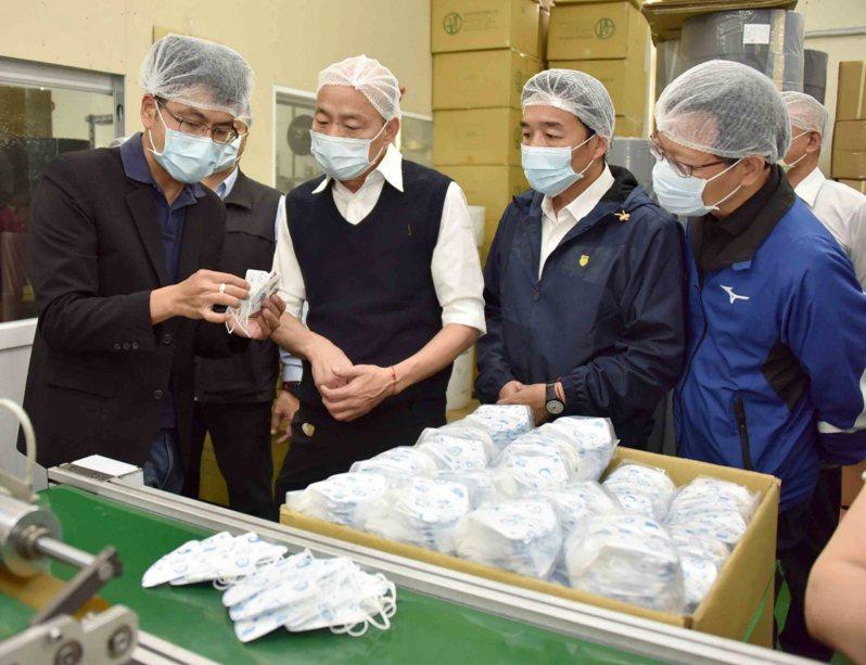高雄市長韓國瑜(左二)不理罷免行動,每天照既定行程拚市政。圖/高雄市新聞局提供