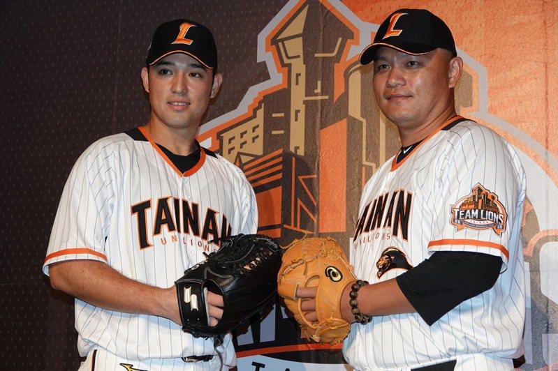統一獅隊林安可(左)、潘威倫一同出席球隊台南假日限定主場球衣發表記者會。記者蘇志畬/攝影