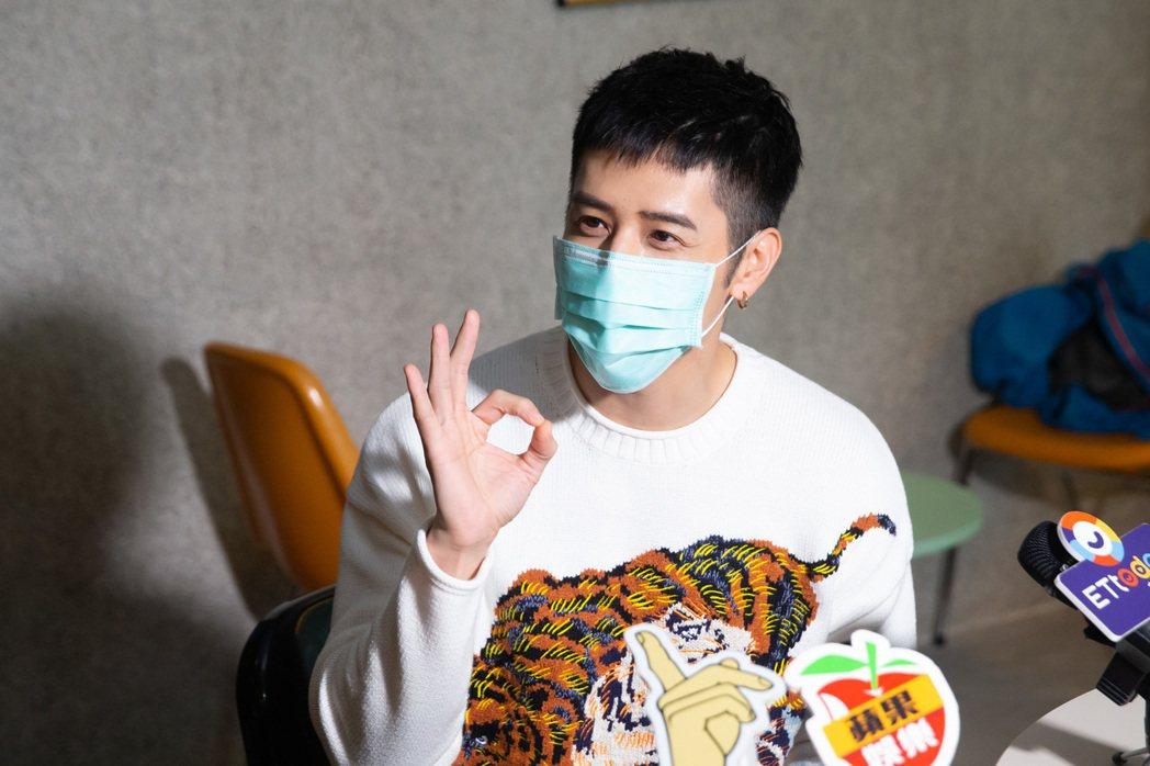 胡宇威受訪完趕緊戴上口罩。記者季相儒/攝影
