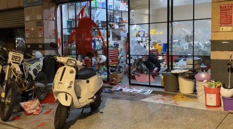 機車行遭砸店潑紅漆。記者蕭雅娟/翻攝