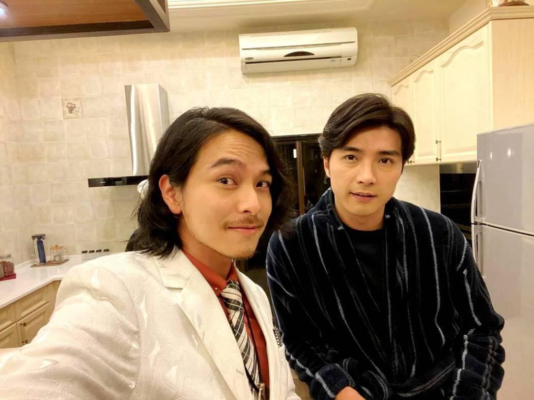 楊銘威(右)和賀軍翔合作「天巡者」。 圖/三立提供