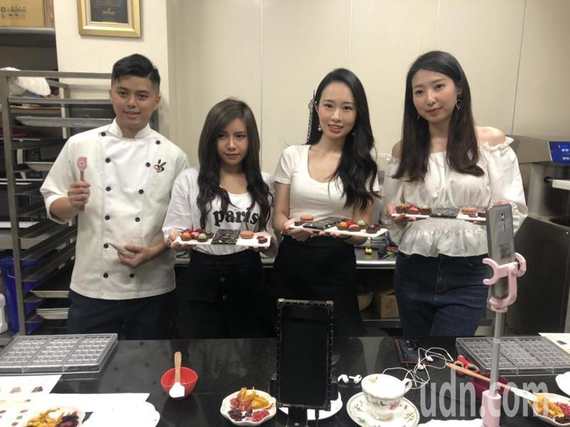嘉義市巧克力工坊負責人黃盈傑(左)與直播主一同做巧克力。記者李承穎/攝影