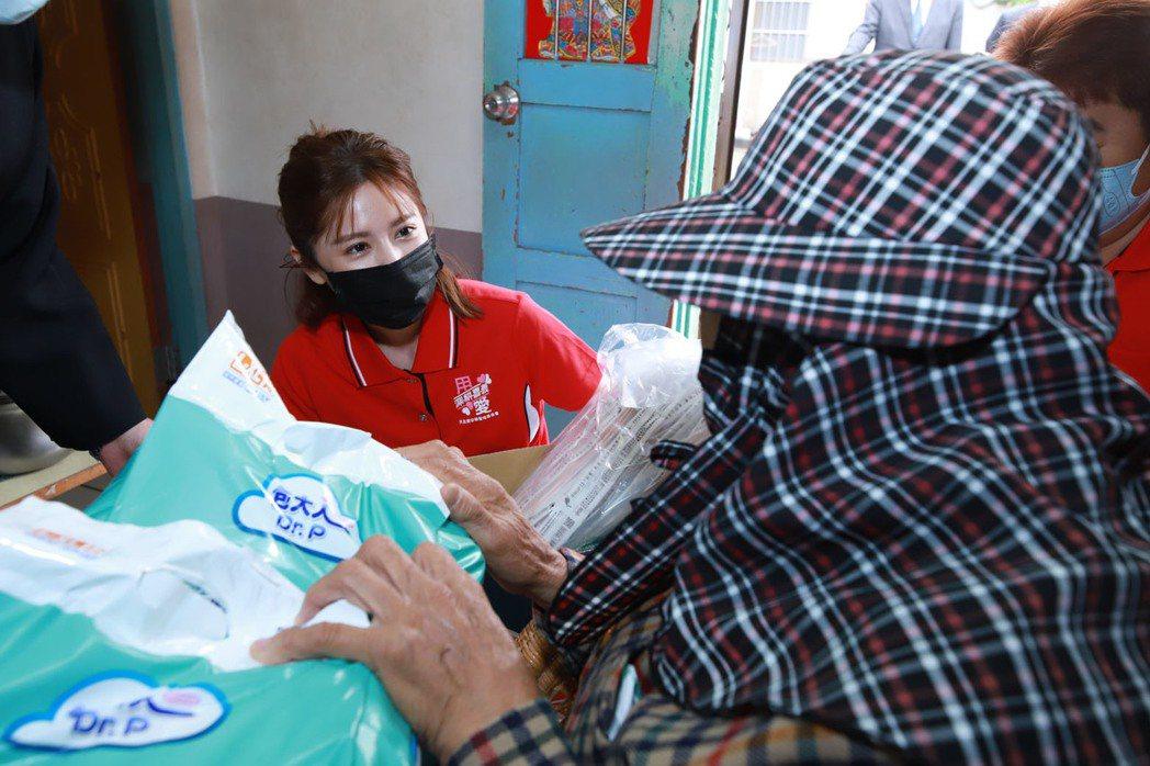 林予晞(左)探訪阿玉阿嬤。圖/天主教中華聖母基金會提供