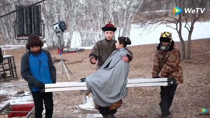 「夢迴」拍攝花絮,為減輕男主角王安宇抱李蘭迪的負擔,女主角被工作人員用梯子抬著走...