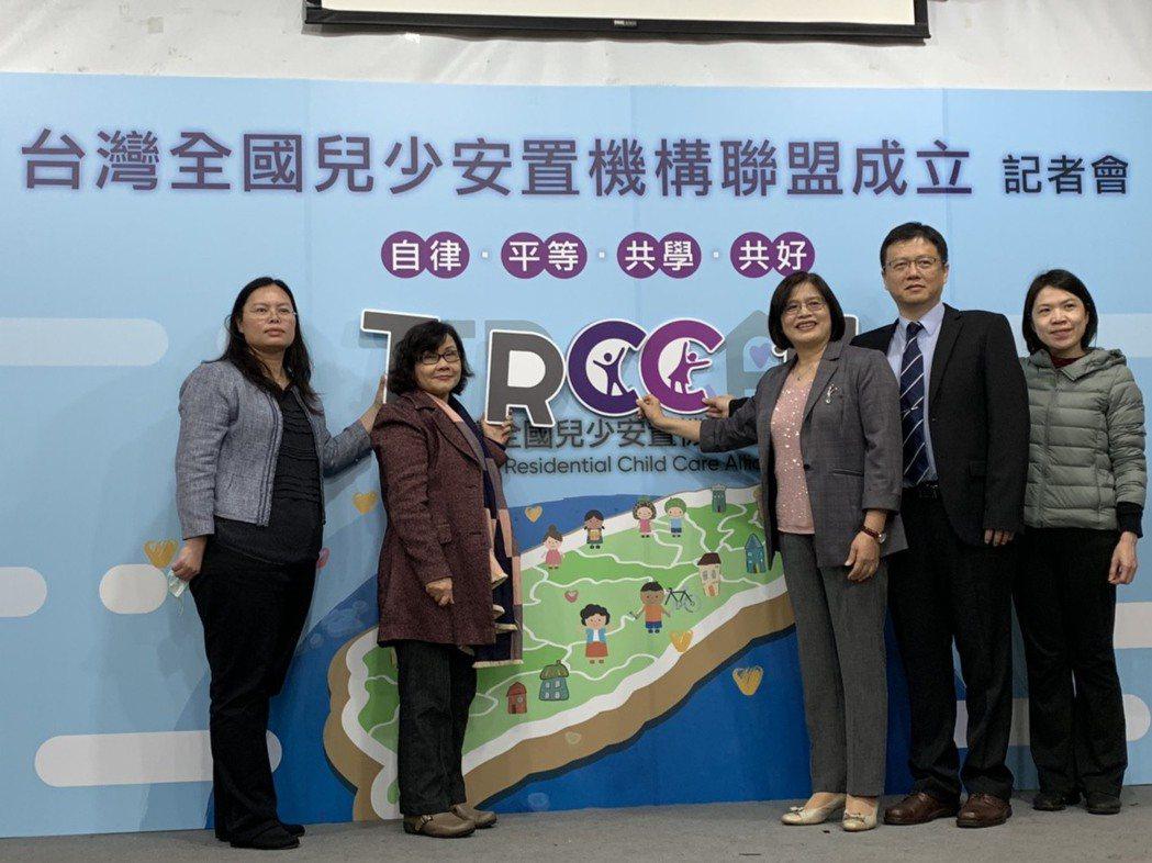全國兒少安置機構聯盟今宣布成立,由吳小萍(左一)擔任理事長。記者陳雨鑫/攝影