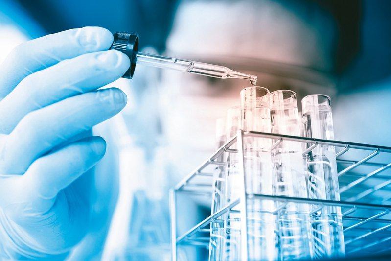 目前全方位基因檢測方式可分實體病理切片及液態切片。 圖/123RF