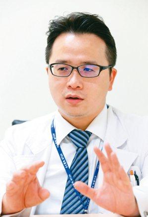 台大腫瘤醫學部主治醫師梁逸歆表示,基因檢測精進,讓癌症治療趨於個人化。 記者林俊...