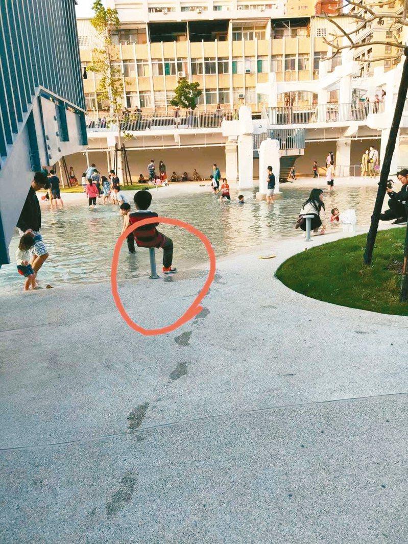 網友在台南市河樂廣場看到有人坐在燈座上,拍照上傳到台南市長黃偉哲臉書。 圖/翻攝自黃偉哲臉書