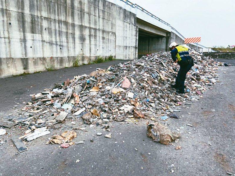 高雄大樹區大坑里高屏溪旁河川地遭非法棄置廢棄物,環保局人員到場稽查。 圖/高雄市環保局提供