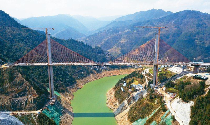 貴州劍河至榕江高速公路控制性工程—清水江特大橋已復工。大橋高184米,長540米,預計5月底合龍,6月底具備通車條件。 新華社
