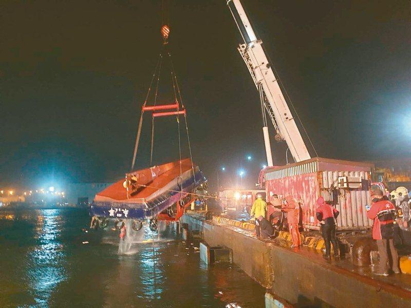 與貨輪擦撞翻覆的「永華陸號」領港船被拖到東十六散雜貨碼頭固定,凌晨吊掛上岸。 記者林昭彰/翻攝