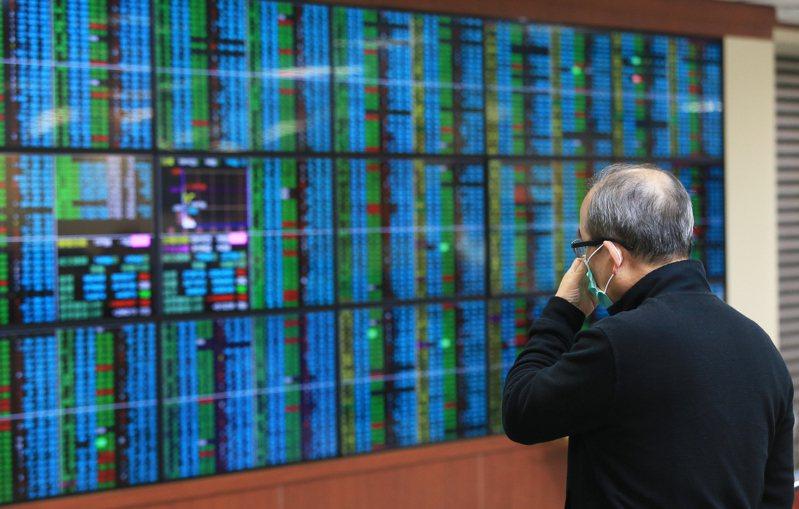 台灣昨天股匯雙漲,加權指數開低走高,早盤指數一度跌逾百點,終場順利翻紅。 記者潘俊宏/攝影