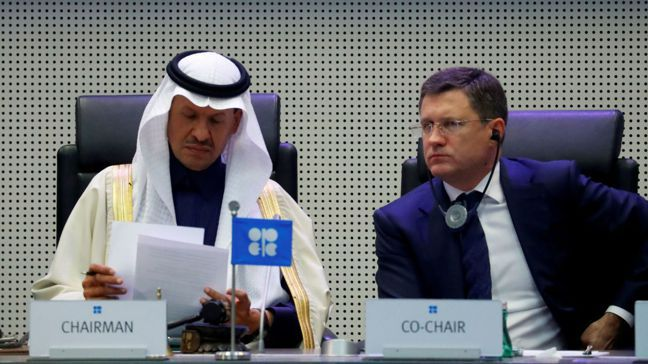 沙國發動油價戰的目的,顯然是要把俄國逼回減產談判桌。圖左為沙國能源部長阿布都阿濟...