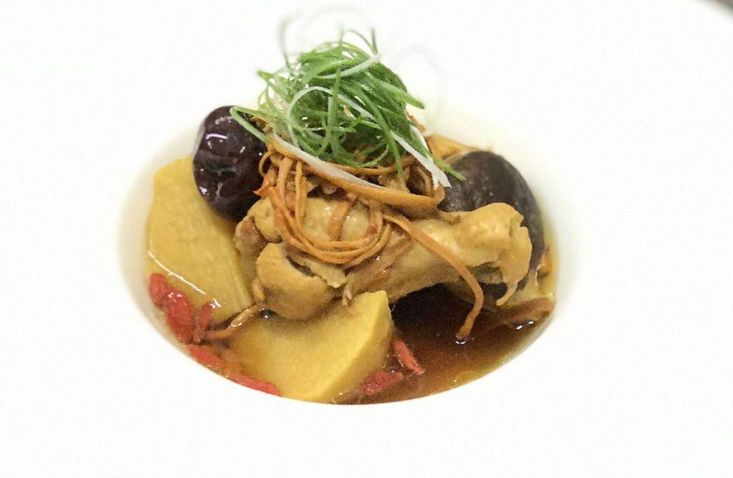 黃金蟲草燉雞湯完成品。  華醫科大 提供