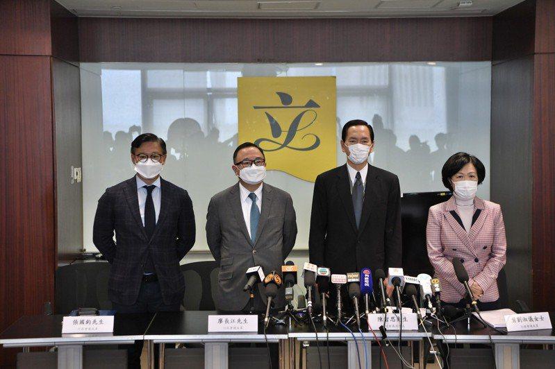 早前到美國參加美國香港對話的行政會議成員,10日會見傳媒,出席者包括葉劉淑儀(右起)、陳智思、廖長江與張國鈞。 中新社