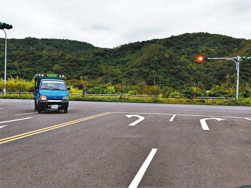 南迴改安朔岔路沒有設置禁止左轉的號誌,路面上也畫左轉標線,村民認為警方開單太沒道理。 記者尤聰光/攝影