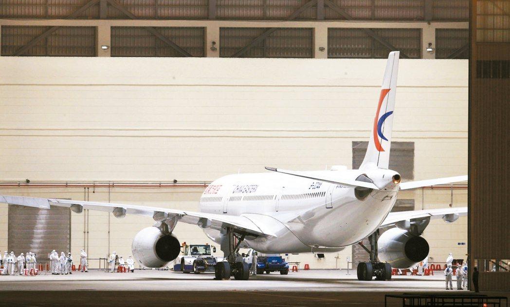 192名滯留武漢的台人凌晨搭乘東方航空專機,在4時8分抵達桃園國際機場。 記者陳...