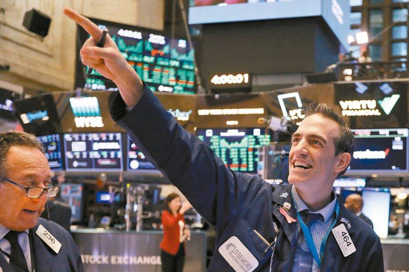 投資人看好川普政府財政刺激計畫前景,美國股市10日劇烈震盪後大漲,道瓊指數收盤上漲4.89%。 美聯社