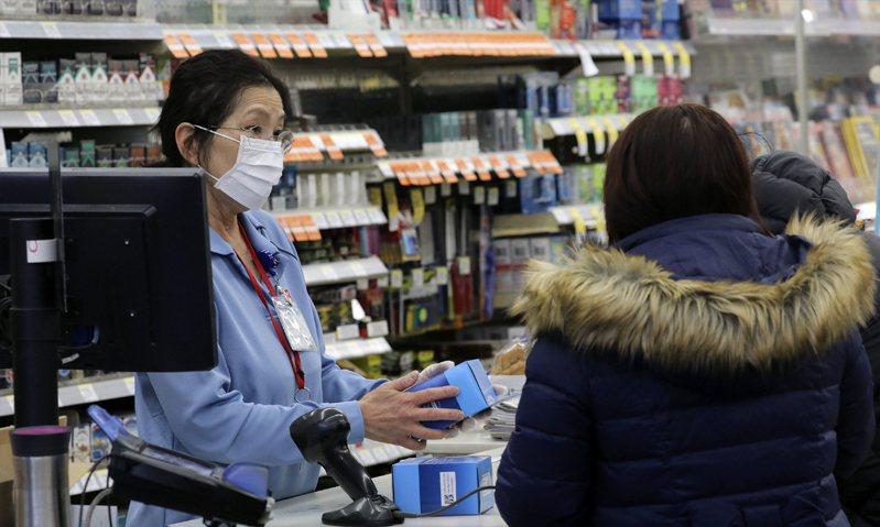 美國新冠肺炎確診病例急遽增加,引發民眾激辯該不該戴口罩自保,許多民眾用勤洗手來防疫,但藥局口罩仍供不應求。美聯社