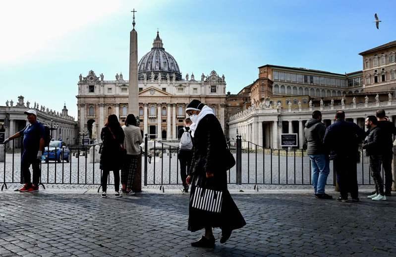 梵蒂岡今天表示,為了防範新冠肺炎疫情蔓延,將對觀光客關閉聖伯多祿廣場(Saint Peter's Square)與大殿,但要做禮拜的信徒還是可以進入,這項措施將延續至4月3日。 法新社