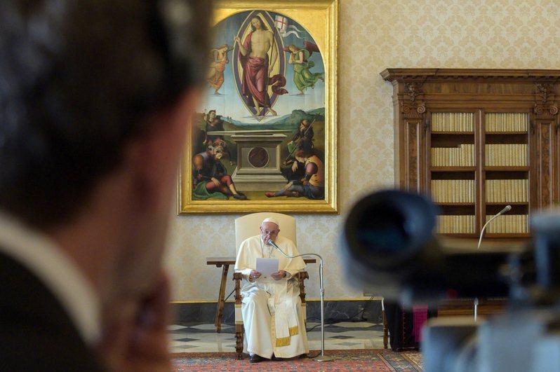義大利新冠肺炎疫情延燒,教宗方濟各(Pope Francis)今天首度以直播方式舉行接見。 歐新社